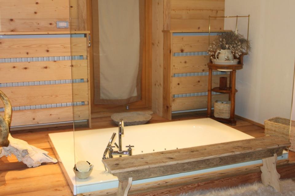 bagno in legno con vasca rasoterra_Falegnameria Bariza