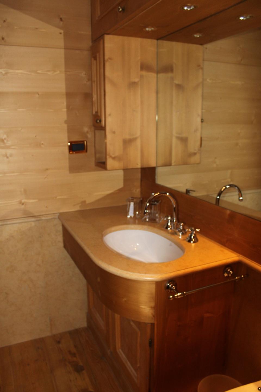 Lavandino bagno in legno e marmo_Falegnameria Bariza