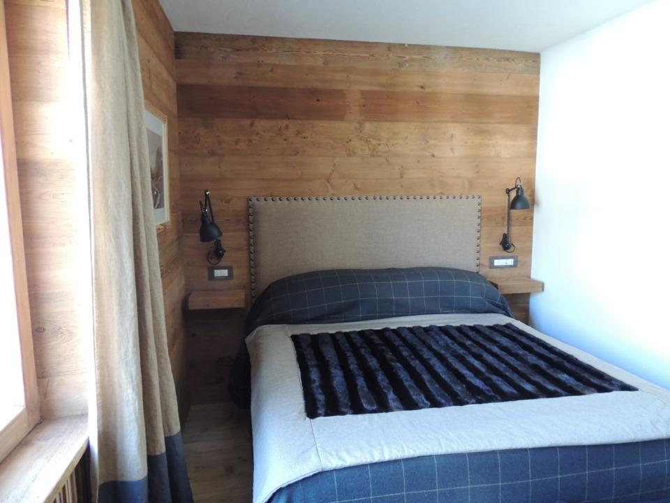 camera in legno su misura con testiera in tessuto_Falegnameria Bariza