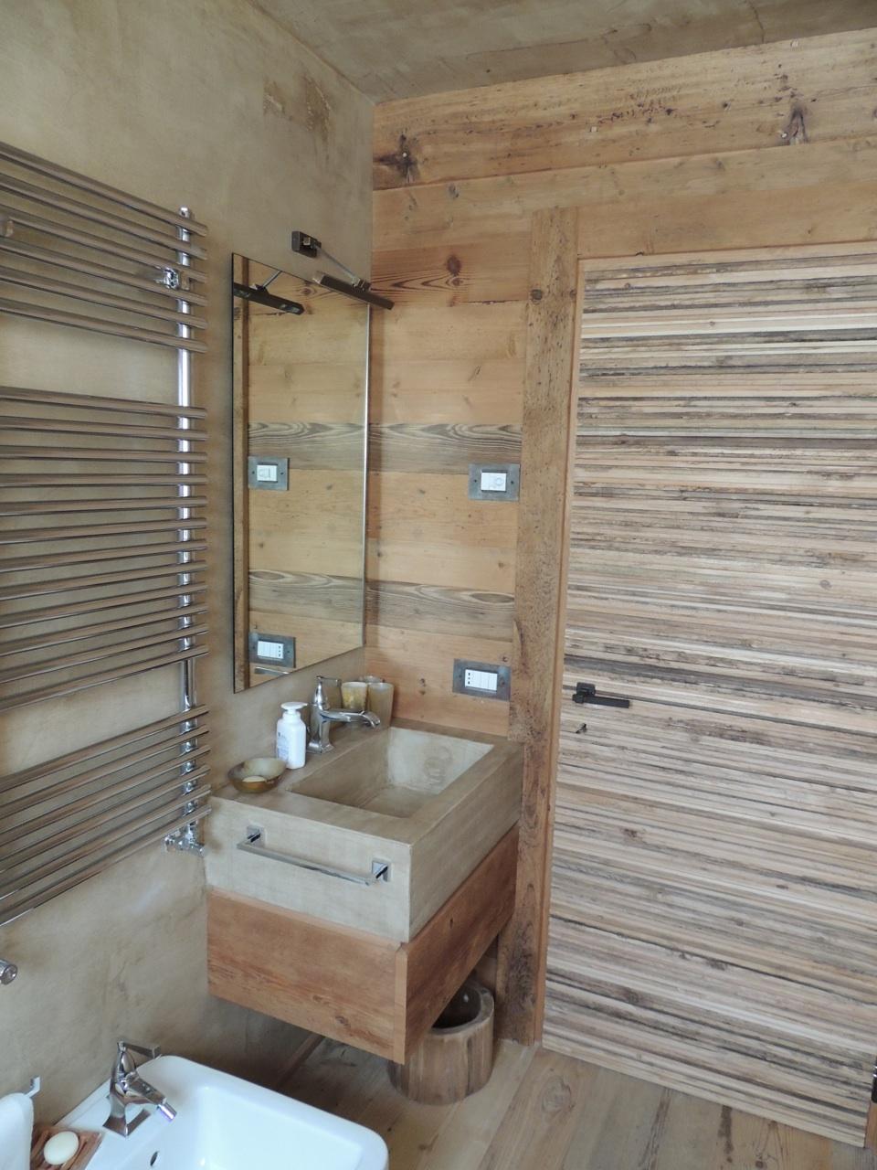 bagno con lavandino pietra e legno_Falegnameria Bariza