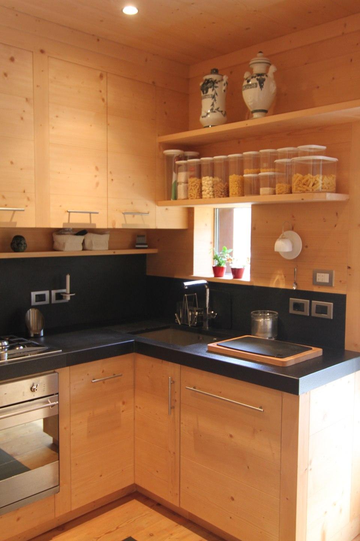 cucina con piano di lavoro nero_falegnameria Bariza