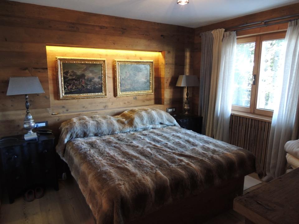 camera matrimoniale in legno su misura con luci su testiera_Falegnameria Bariza