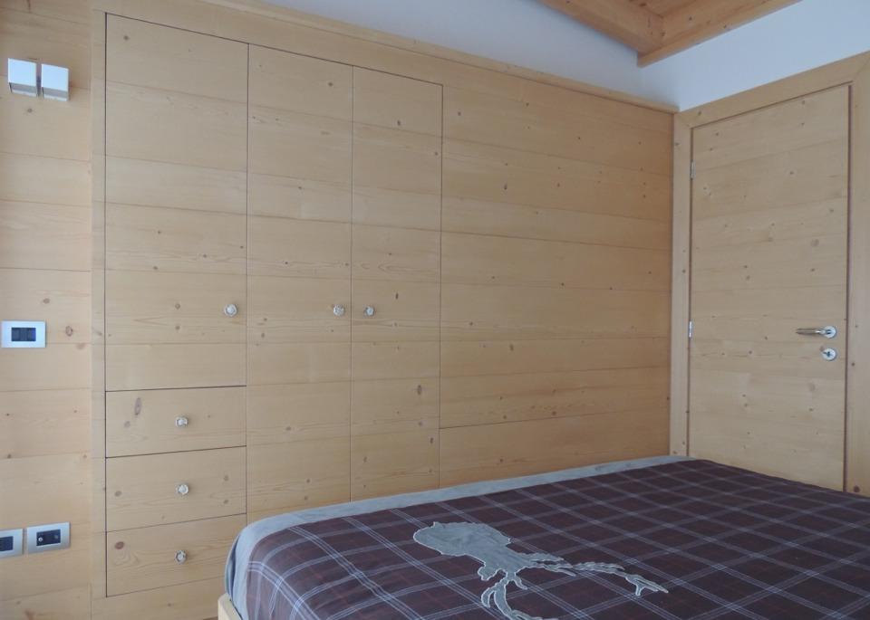 camera matrimoniale con legno chiaro_falegnameria Bariza