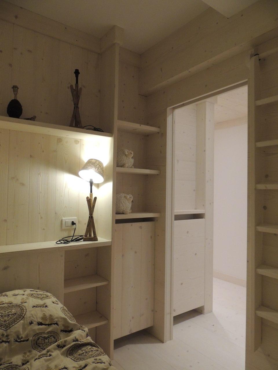 cameretta in legno chiaro su misura_falegnameria Bariza