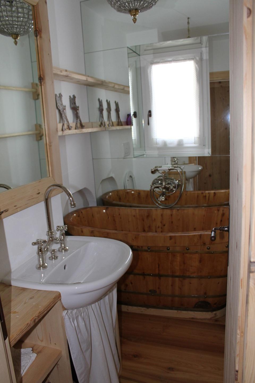 bagno con vasca in legno tinozza_Falegnameria Bariza