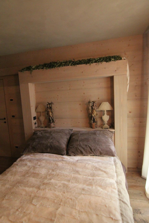 letto matrimoniale con testiera in legno porta oggetti_falegnameria Bariza