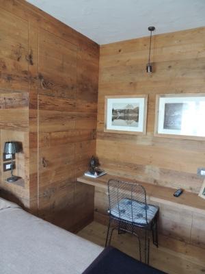 camera in legno con tavolo e armadio incassati_Falegnameria Bariza
