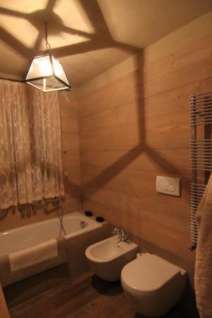 Bagno interamente in legno con vasca_Falegnameria Bariza