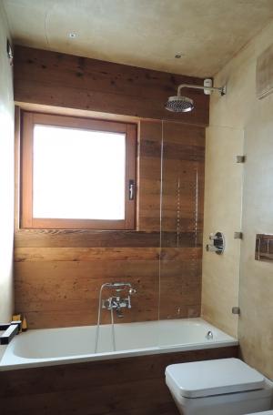 bagno in legno con finestra sopra vasca_Falegnameria Bariza