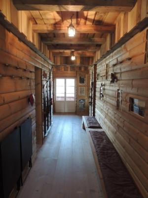 corridoio con pareti in legno_falegnameria Bariza