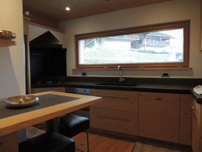 cucina con finestra sopra lavandino_falegnameria Bariza
