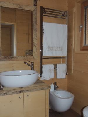 Bagno con legno diverso_Falegnameria Bariza