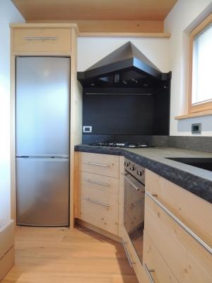 cucina ad angolo e frigo a muro_falegnameria Bariza