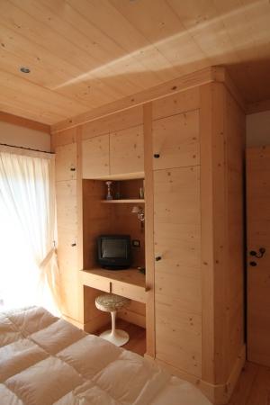 armadio a parete in legno_falegnameria Bariza
