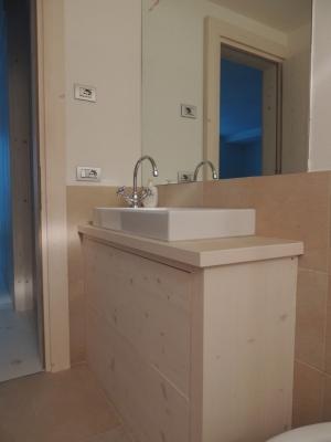 lavandino bagno in legno con cassettoni_Falegnameria Bariza
