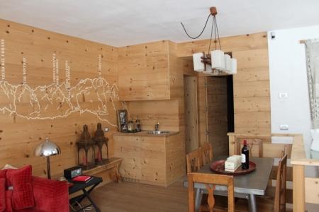 salotto in legno con decori montagne a parete_falegnameria Bariza