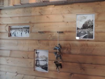 parete in legno con dettagli_falegnameria Bariza