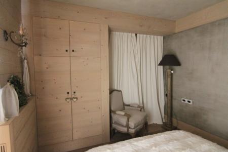 camera matrimoniale in legno con dettagli di tessuto_Falegnameria Bariza