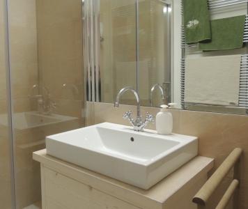 Lavandino bagno in legno con specchio_Falegnameria Bariza