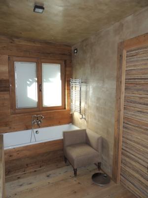 Bagno in legno con vasca ricoperta in legno