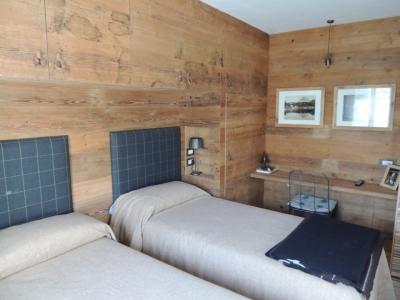 camera doppia in legno e testiere in tessuto_Falegnameria Bariza