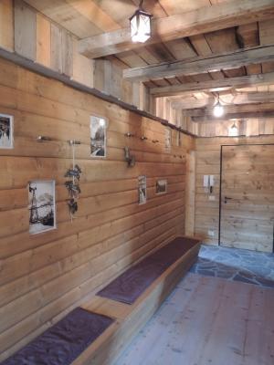 panca in legno in chalet di montagna_falegnameria Bariza