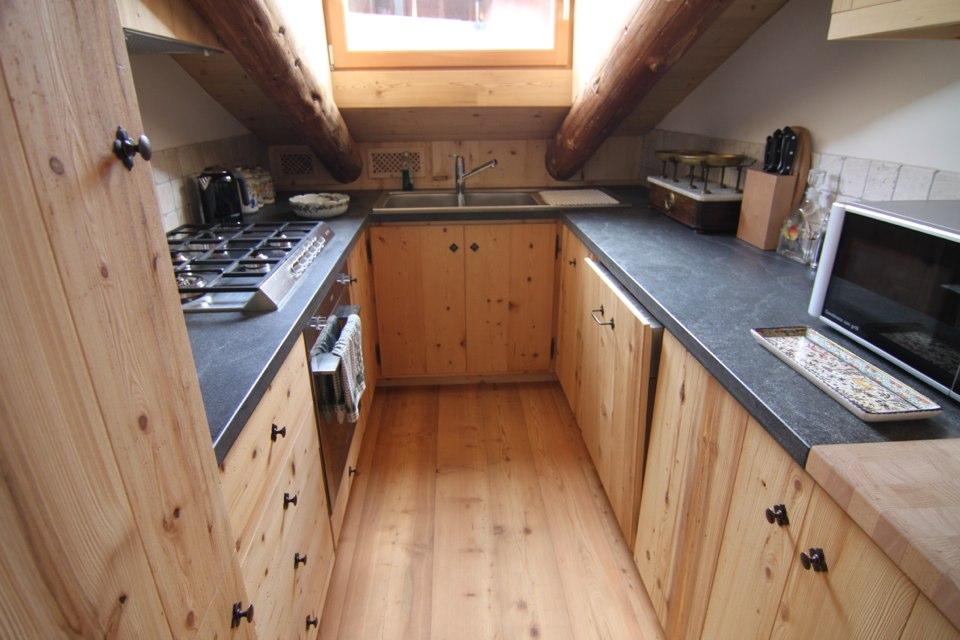 cucina di mansarda in legno_falegnameria Bariza