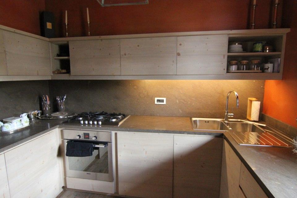 cucina in legno con mensole alte_falegnameria Bariza