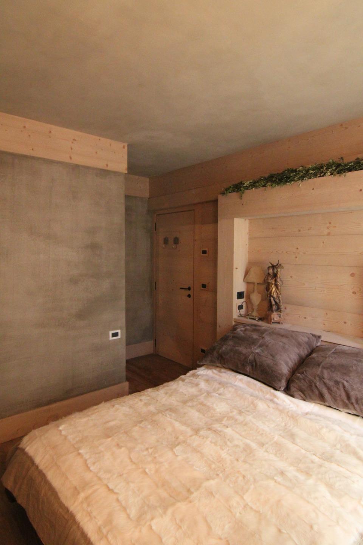 camera matrimoniale con testiera in legno su misura_Falegnameria Bariza