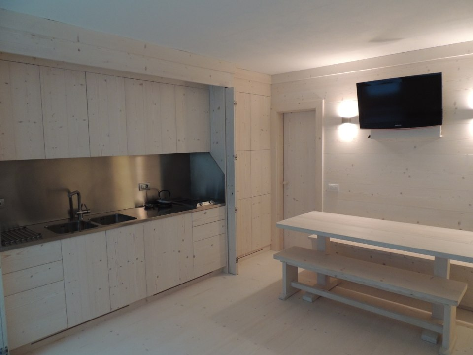 cucina in legno chiaro con tavolo e panche_falegnameria Bariza