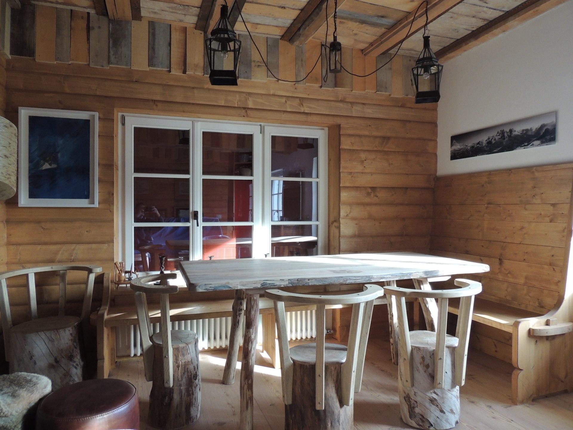 Tavolo in legno con sedie di tronco_Falegnameria Bariza